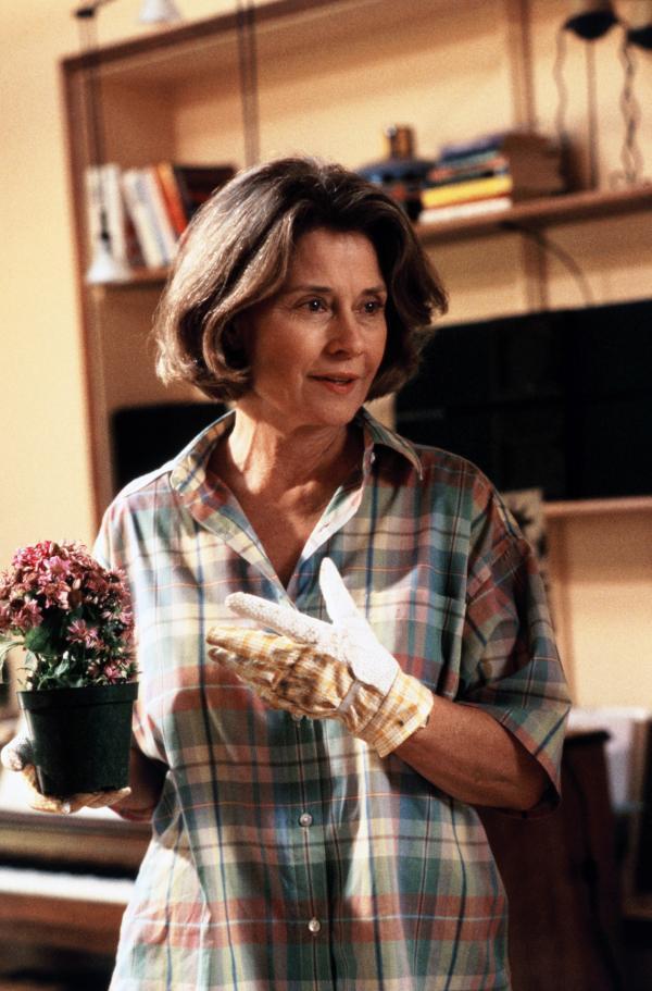 Bild 1 von 3: Angelas Mutter (Diane Baker) pflegt liebevoll ihre Blumen, sie leidet an Alzheimer und ist ihrer Tochter bei der Klärung ihrer Identität keine große Hilfe.