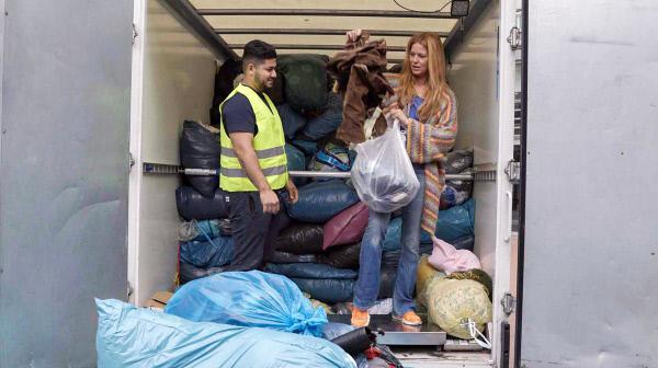 Bild 1 von 2: Rund 1,35 Millionen Tonnen Textilien werden jedes Jahr in Deutschland aussortiert. Esther Schweins sagt der Wegwerfmode den Kampf an.