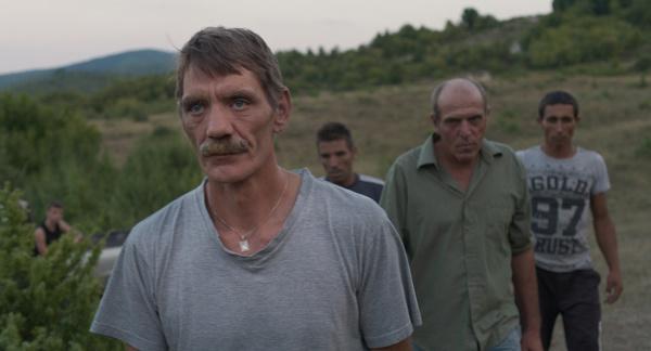 Bild 1 von 9: Der deutsche Bauarbeiter Meinhard (Meinhard Neumann) hat Bekanntschaft mit bulgarischen Dorfbewohnern gemacht.