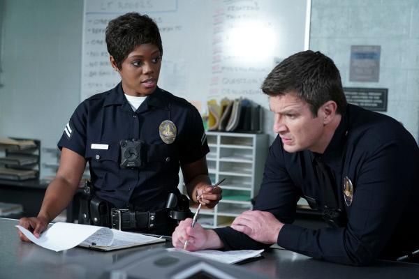 Bild 1 von 3: Talia Bishop (Afton Williamson) und John Nolan (Nathan Fillion) schreiben Einsatzberichte.