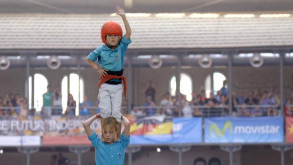 Bild 1 von 8: Spitze mit sieben Jahren: Ganz oben, neun Personen vom Erdboden entfernt, balanciert die kleine Carla auf dem Siegerturm von Vilafranca.