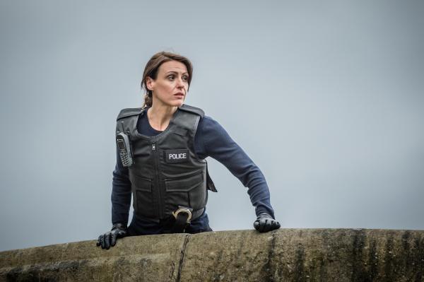 Bild 1 von 10: Rachel Bailey (Suranne Jones) hält Ausschau von der Kanalbrücke.