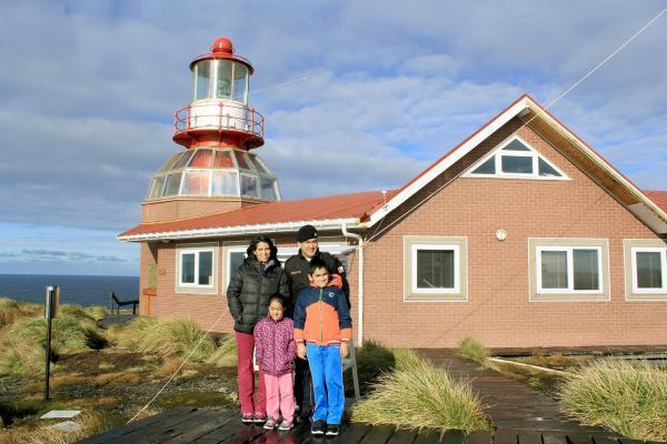 Bild 1 von 5: José Aguayo lebt mit seiner Familie ein Jahr lang als Leuchtturmwärter auf der Felseninsel am Kap Hoorn.