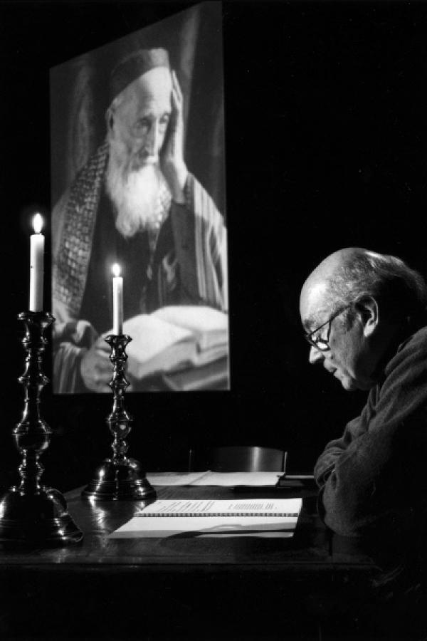 Bild 1 von 2: Robert Bober vor dem Porträt seines Urgroßvaters Wolf Leib Fränkel, einem jüdischen Leuchtenmacher und -anzünder