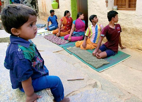 Bild 1 von 5: Spontane Yoga-Stunde im Dorf Bellur