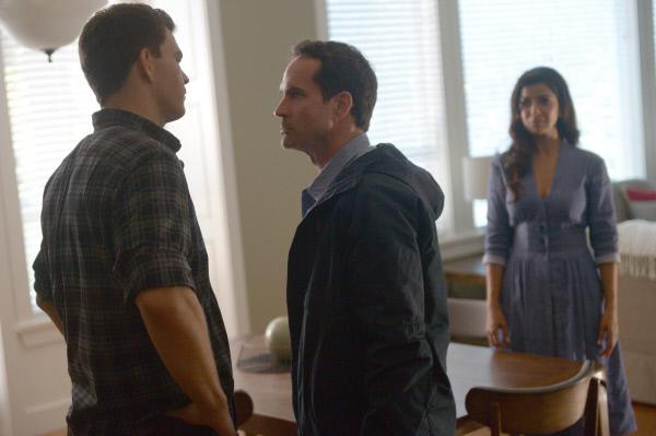 Bild 1 von 5: Xander (Josh Helman, l.) will Theo (Jason Patric, M.) endlich die Wahrheit über ihn und Rebecca (Nimrat Kaur, r.) sagen.