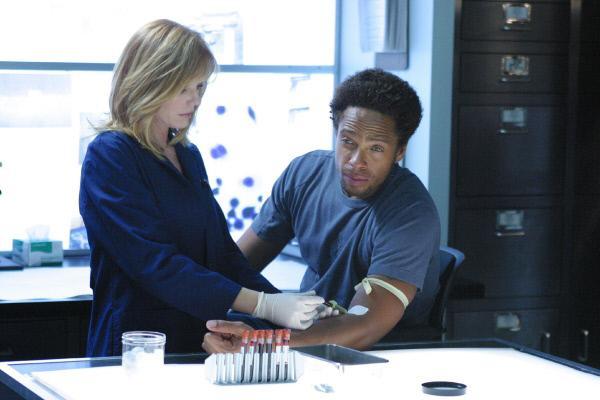 Bild 1 von 12: Catherine (Marg Helgenberger) und Warrick (Gary Dourdan) befürchten zunächst, dass das Ebola-Virus für den Tod von Julie Stern verantwortlich ist.