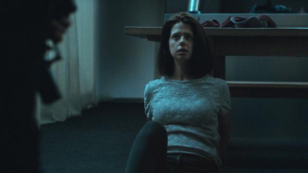 Bild 1 von 8: Freya (Maaike Neuville) wird bedroht.