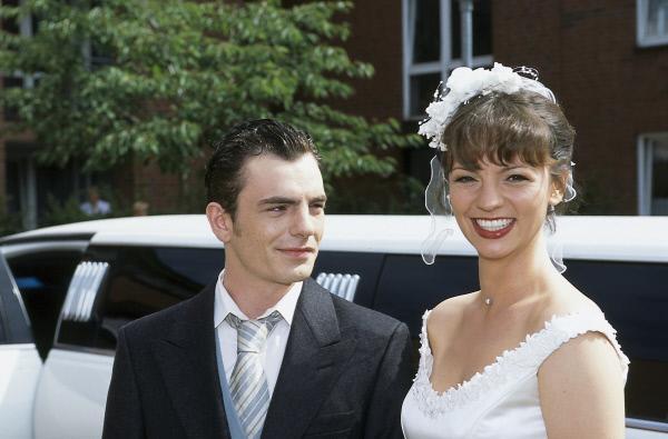 Bild 1 von 2: Homann (Pierre René Müller) und Cora (Viola Wedekind) auf dem Weg zu ihrer Hochzeit.
