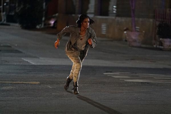 Bild 1 von 2: Kai De Vera (Skye P. Marshall) flüchtet vor der Polizei, nachdem sie ein Gebäude überfallen hat.