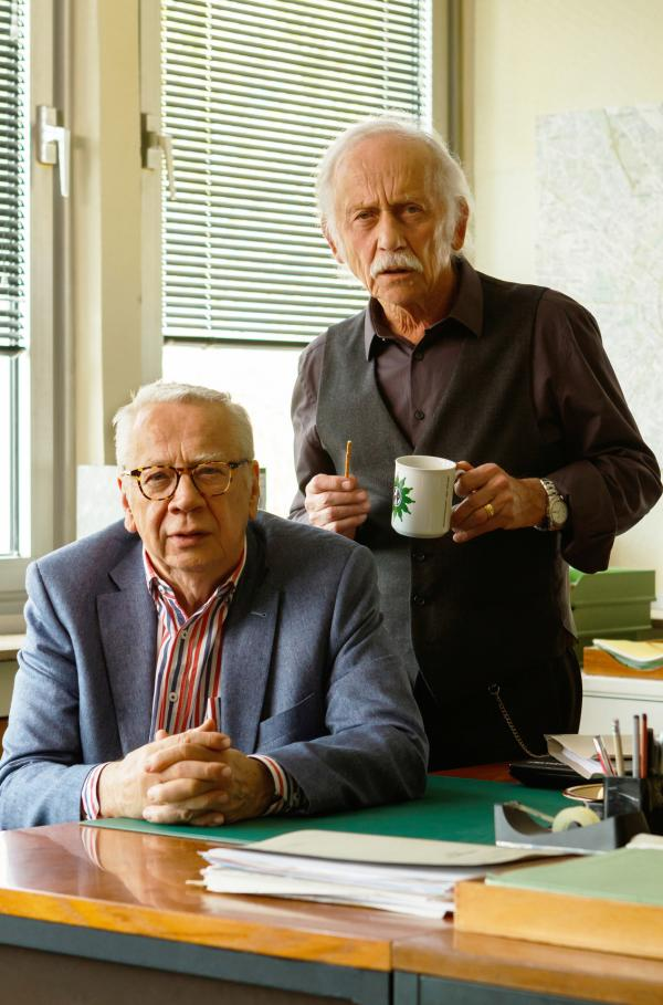 Bild 1 von 4: die Kommissare Edwin Bremer (Tilo Prückner, r.) und Günter Hoffmann (Peter Lerchbaumer, l.) auf der Wache.