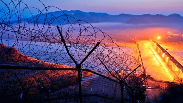 Bild 1 von 2: Die demilitarisierte Zone zwischen Nord- und Südkorea wird mit Stacheldraht gesichert.