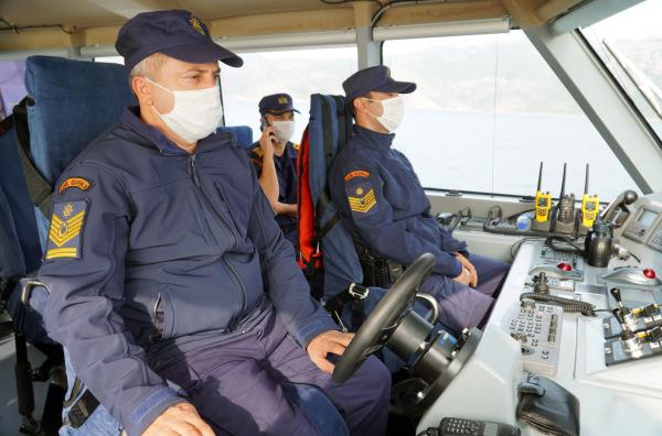 Bild 1 von 4: Beamte der türkischen Küstenwache auf Patrouille im Mittelmeer. In der Nähe der griechischen Insel Rhodos halten sie nach Flüchtlingen Ausschau.