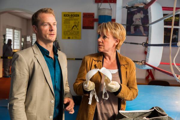 Bild 1 von 1: Jürgen Simmel (Hinnerk Schönemann) und Marie Brand (Mariele Millowitsch) nehmen den Tatort unter die Lupe.