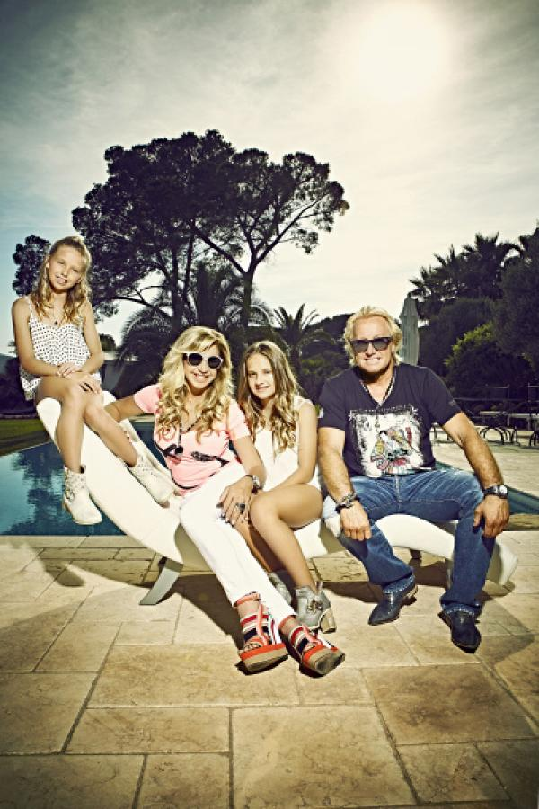 Bild 1 von 6: Familie Geiss (v.li.: Shania, Carmen, Davina, Robert)