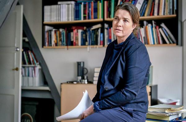 Bild 1 von 8: Nete (Solbjørg Højfeldt) gefällt das neue Projekt von Johannes und Elisabeth nicht.