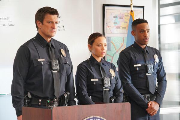 Bild 1 von 3: John Nolan (Nathan Fillion, l.), Lucy Chen (Melissa O'Neil, 2.v.l.) und Jackson West (Jackson West, r.) nehmen an der Einsatzbesprechung teil
