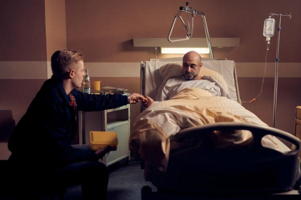 Bild 1 von 5: Nowak (Özgür Karadeniz, r.) erhält plötzlich neue Informationen, die alles in einem anderen Licht erscheinen lassen. Er entlässt sich selbst aus dem Krankenhaus, um Alex zu suchen und ihr zu helfen.