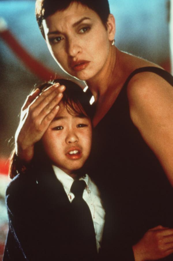 Bild 1 von 16: Die kleine Tochter des Konsuls, Soo Yung (Julia Hsu, l.) findet f�rsorglichen Schutz bei der Polizistin Tania Johnson (Elizabeth Pena, r.) ...