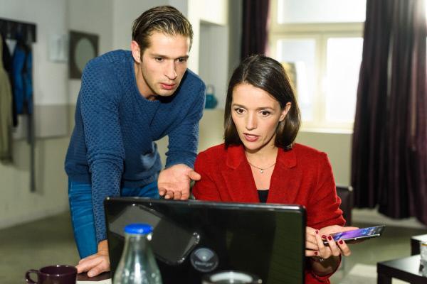 Bild 1 von 4: Jenny (Kaja Schmidt-Tychsen) erklärt Deniz (Igor Dolgatschew), dass sie Zobel eine Spyware unterschmuggeln will.