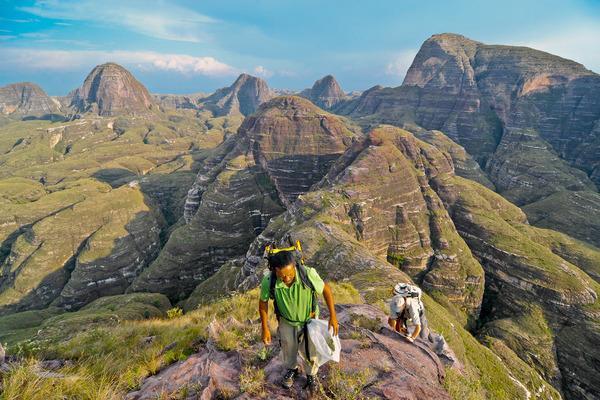 Bild 1 von 5: Der Insektenforscher Brian L. Fisher (re.) und der Botaniker Jacky Andriantiana (li.) erforschen die Berglandschaft des Makay-Massivs. Dank ihrer außergewöhnlichen und verworrenen Konturen hat die Region viele verschiedene einheimische Ökosysteme beschützt.