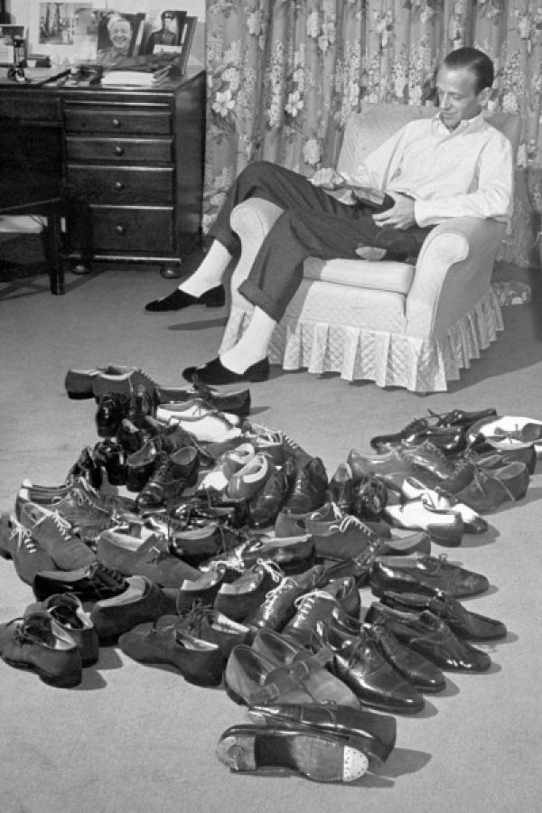 Bild 1 von 7: Der US-amerikanische Tänzer und Schauspieler Fred Astaire mit 34 seiner insgesamt 84 Paare Schuhe