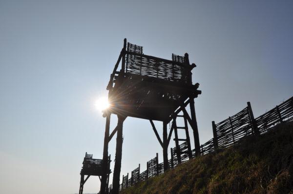 Bild 1 von 12: Rekonstruktion des Belagerungsrings von Alesia. Die Anlage, die auf Befehl von Caesar errichtet wurde, sollte den Galliern zum Verhängnis werden.