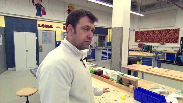 Bild 1 von 6: Ausbilder Björn Mettler (42) kümmert sich um die Straftäter