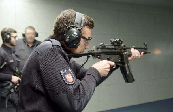 Bild 1 von 4: An der Polizeiakademie Nienburg (Weser) schießt ein junger Polizist in Ausbildung zum ersten Mal mit der Maschinenpistole MP5.