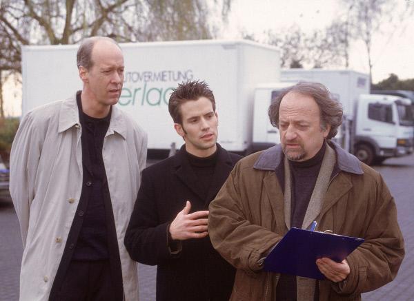 Bild 1 von 14: Bonrath (Gottfried Vollmer, li.) und Jan (Christian Oliver) befragen den ehemaligen Angestellten der Autovermietung Gerlach, Jürgen Helmer (Manfred Böll, re.), zu den Manipulationen an den Mietwagen.