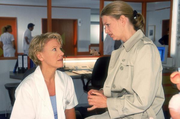 Bild 1 von 10: Dr. Borstel (Kerstin Thielemann, re.) muss Nikola (Mariele Millowitsch) ein Geständnis machen: Sie hat eine Liebes-Mail an Schmitd geschickt und nicht unterschrieben. Schmidt muss nun glauben, Nikola hätte ihm ihre intimsten Gefühle offenbart.
