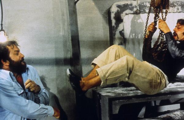 Bild 1 von 2: Inspektor 'Plattfuß' Rizzo (Bud Spencer, l.) ermittelt auf eigene Faust und stellt den Dealern eine Falle... (r. Darsteller nicht zu ermitteln)