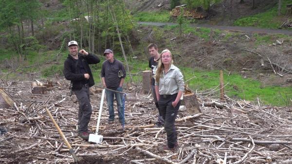 Bild 1 von 12: Von einem Geologen-Team, das am Möhnesee Bodenproben nimmt, erfährt Försterin Anna-Maria Hille (r), dass auch die unteren Schichten trocken geworden sind.