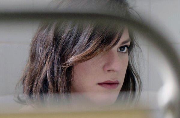 Bild 1 von 4: Nach dem plötzlichen Tod ihres Liebhabers gerät Marina (Daniela Vega) unter Verdacht.