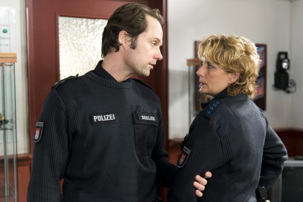 Bild 1 von 9: Mattes (Matthias Schloo) ist enttäuscht, dass Claudia (Janette Rauch) ihm nicht gesagt hat, dass sie den Verdächtigen Gerald Renner kennt.
