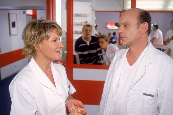 Bild 1 von 5: Tim (Oliver Reinhard, hi.li.) und Dr. Borstel (Kerstin Thielemann, hi.re.) versuchen zu belauschen, ob sich Nikola (Mariele Millowitsch) tatsächlich mit Dr. Holtz (Ulrich Gebauer) verabredet...