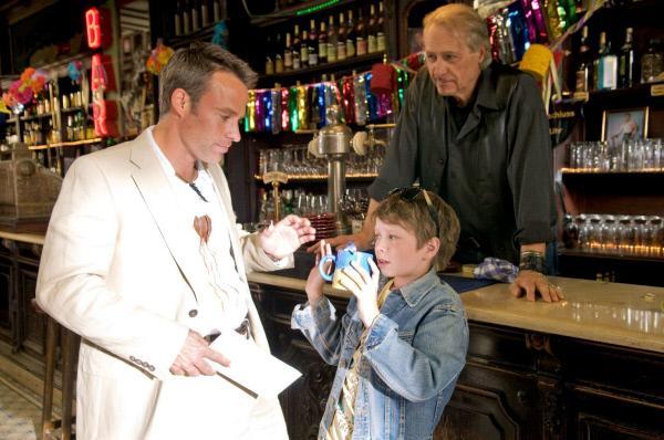 Bild 1 von 36: Nick (Marco Girnth, l.) überbringt Otto (Reiner Schöne, M.), dem Betreiber des Soul Club, die Kündigung des Pachtvertrags. Bei dieser Gelegenheit lernt er Lasse (Lukas Schust, M.) kennen.