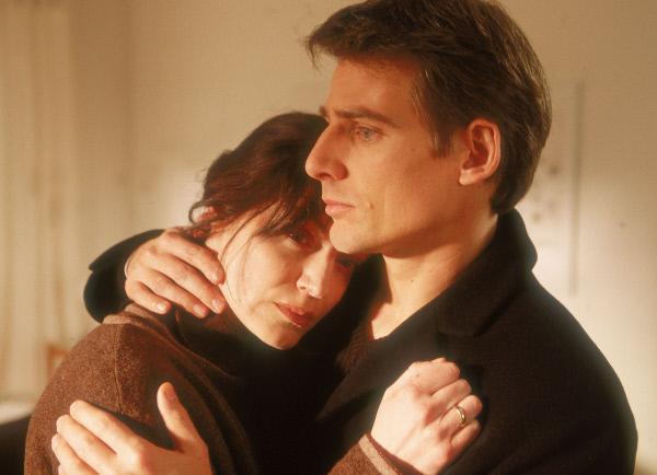 Bild 1 von 11: Isabelle (Marion Mitterhammer) versucht ihren Mann zu verteidigen und sucht Trost bei Tom (René Steinke).