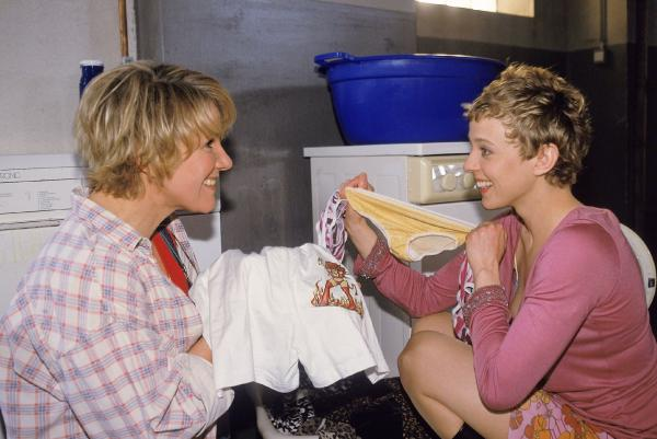 Bild 1 von 9: Im Waschkeller tauschen sich Nikola (Mariele Millowitsch) und Natascha (Patrycia Ziolkowska) über Peter aus. Ihr Urteil: er ist ein großes Kind und kann noch nicht einmal die Waschmaschine bedienen.