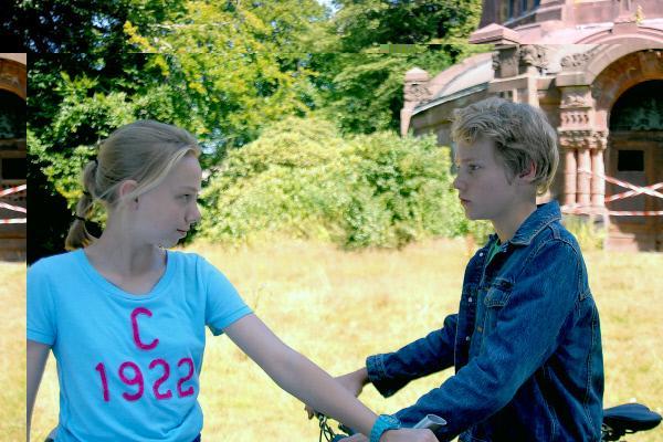 Bild 1 von 10: Jessi (Martha Fries) beschließt, auf dem Friedhof nach Täterspuren zu suchen - Max (Bruno Alexander) fühlt sich nicht wohl dabei.