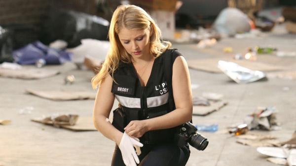 Bild 1 von 20: In einer Gasse wurde der obdachlose Jeremy Sikes (Eric Frentzel) aufgefunden - offensichtlich ermordet. Morgan Brody (Elisabeth Harnois) muss den Fall zusammen mit den Kollegen der Tagschicht bearbeiten und macht sich an die Spurensicherung.