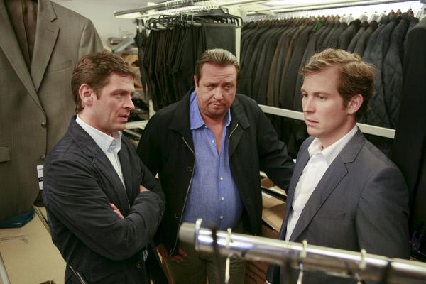 Bild 1 von 2: Die Kommissare Christian Lind (Tom Mikulla, l.) und Florian Prantl (Andreas Giebel, M.) befragen Stefan Ohlmueller (Stefan Murr, r.) im aktuellen Mordfall.