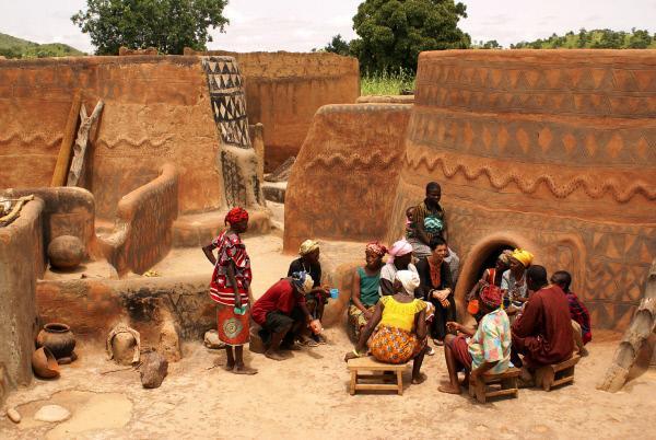 Bild 1 von 8: Eine traditionelle Hofanlage aus Lehm in Burkina Faso.