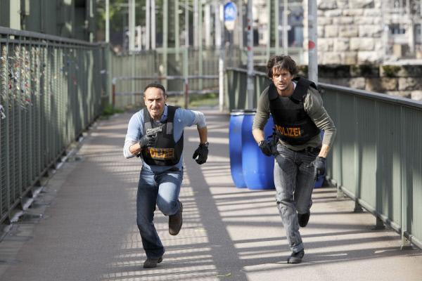 Bild 1 von 34: Semir (Erdogan Atalay, l.) und Ben (Tom Beck) verfolgen den Gangster Schäffer, der mit Alicias Tochter Lisa als Geisel vor ihnen flieht...
