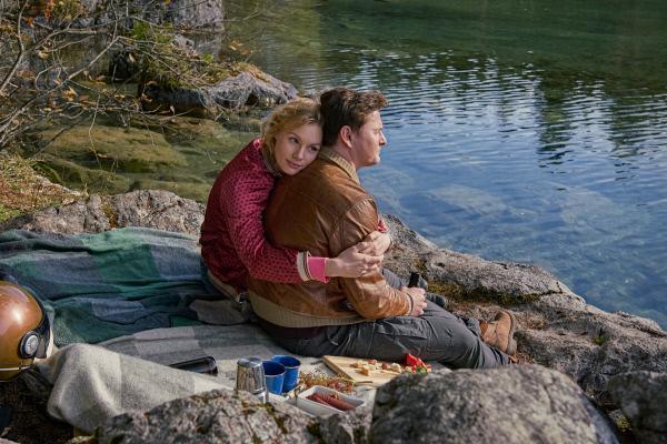 Bild 1 von 15: Luisa Jobst (Rosalie Thomass), Finn (Shenja Lacher).