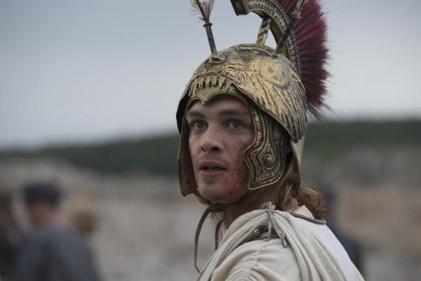 Bild 1 von 1: Alexander (David Schütter) mit seinem Markenzeichen, dem Löwenhelm. Er weist den jungen Eroberer als Nachfahre des Halbgottes Herakles aus.