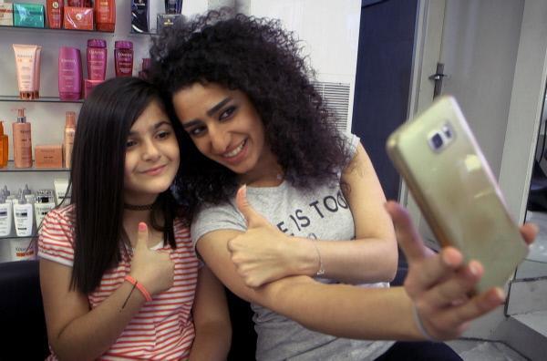 Bild 1 von 4: Die 11-jährige Mirna (li.) lässt sich beim Friseur schön machen.