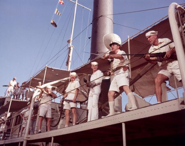 Bild 1 von 4: Die Besatzung des Kanonenboots bereitet sich auf einen Angriff der Aufständischen vor. Jake Holman (Steve McQueen, 3. von rechts) beobachtet dabei aufmerksam seinen Kapitän (Richard Crenna, 2. von rechts), mit dessen Befehlen er oft nicht einverstanden ist.