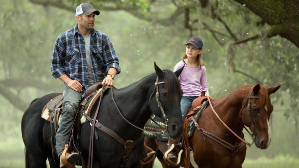 Bild 1 von 6: Zwei Jahre nach dem letzten verdeckten Einsatz als DEA-Agent wagt Phil Broker (Jason Statham) mit Tochter Maddy (Izabela Vidovic) im ländlichen Louisiana einen Neuanfang.
