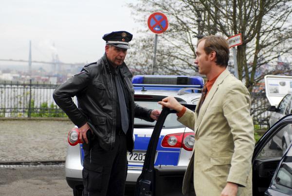 Bild 1 von 8: Boje (Frank Vockroth, l.) kontrolliert den Autofahrer Schaffrath (Ben Daniel Jöhnk, r.), der sich äußerst merkwürdig verhält.